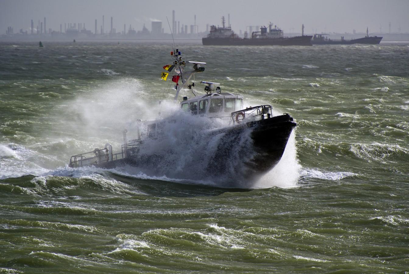 Loodsboot tijdens storm (Vlissingen)